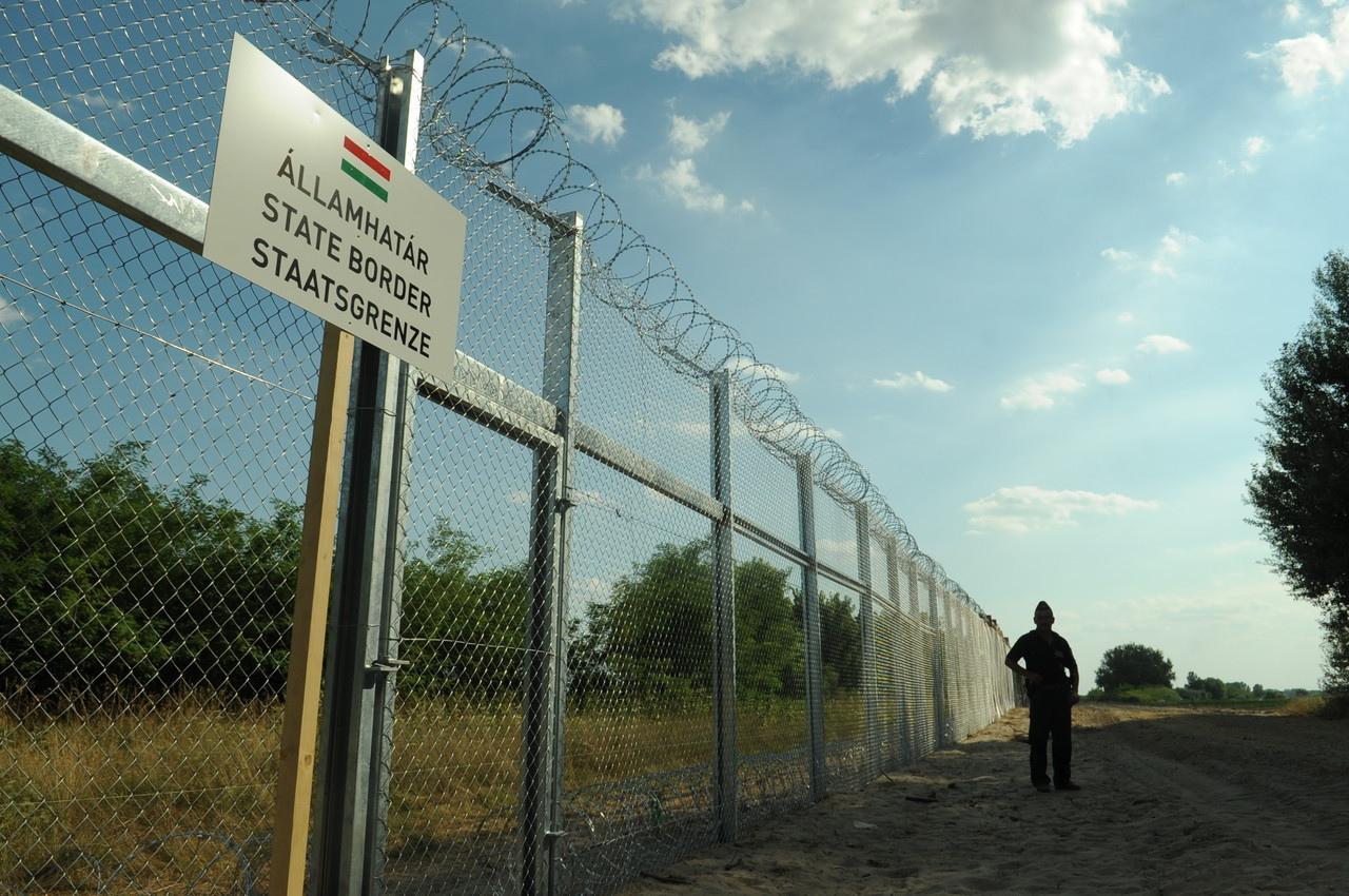 2015-05-20 Hungarian-Serbian_border_barrier_1