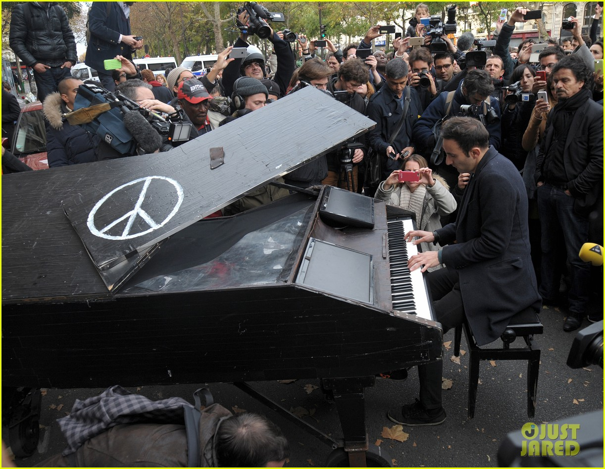 2015-11-17 paris-pianist-john-lennon-imagine-01